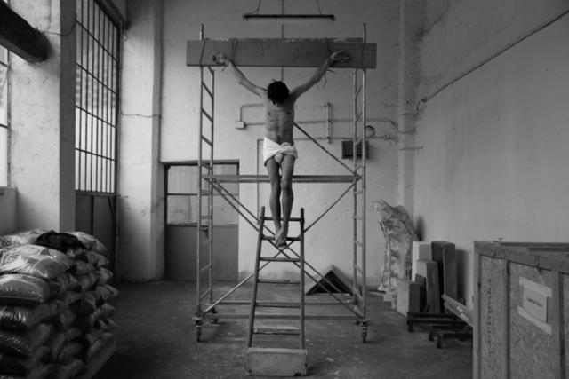 Adrian Paci Studie für eine Kreuzigung, 2011 Druck auf Aluminium,