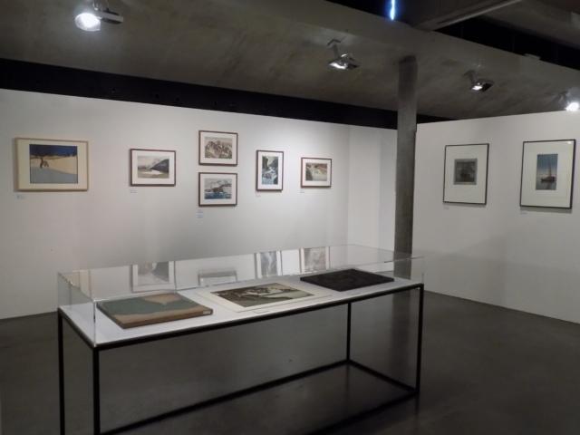 Kunsthaus Kaufbeuren, Ausstellung CROSSING CULTURES, Raumansicht mit Werken von Hiroshi Yoshida, Carl Thiemann und Thiemanns Druckstöcken (Vitrine)