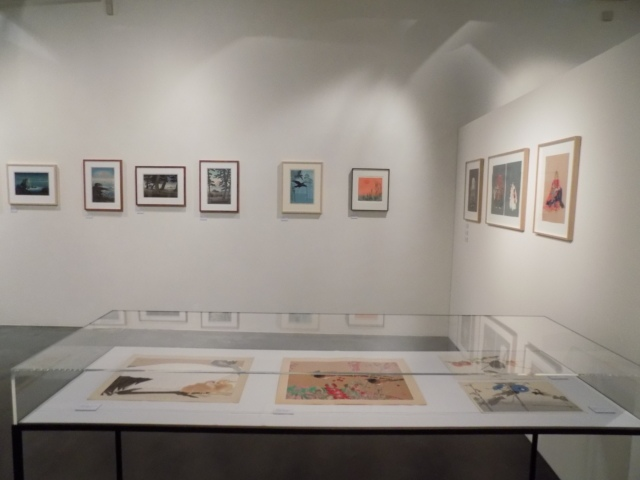 Kunsthaus Kaufbeuren, Ausstellung CROSSING CULTURES, Raumansicht mit Werken von Rakusan Tsuchiya (Vitrine), Tsukioka Kogyo und Kawase Hasui