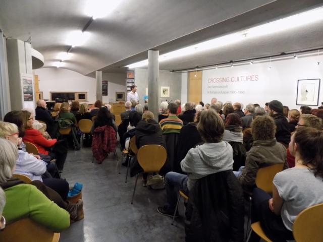 """Kunsthaus Kaufbeuren, musikalische Lesung """"Crossing Lectures"""" zur Ausstellung CROSSING CULTURES am 03.02.2018 mit Simone Schatz (Text), Astrid Bauer und Tiny Schmauch (Musik)"""