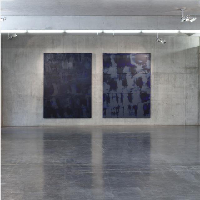Kunsthaus Kaufbeuren, Ausstellungsansicht 1. OG, mit den Werken GRÜNSTEIN, B 210417 und STRUKTUR GRÜNSTEIN, B 120517, jeweils Öl auf Leinwand, 280 x 210 cm, Courtesy Sammlung Schaub, Landshut