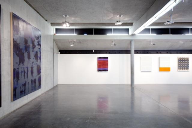 Kunsthaus Kaufbeuren, Ausstellungsansicht 1. OG, v.l.n.r. STRUKTUR GRÜNSTEIN, B 120517, Öl auf Leinwand, 280 x 210 cm, Courtesy Sammlung Schaub, Landshut; KEIN TITEL, B 130118, 2018, Privatsammlung; KEIN TITEL, B 010118, 2018; KEIN TITEL, B 040118, 2018; KEIN TITEL, B 130118, 2018, jeweils Öl auf Leinwand, 110 x 80 cm