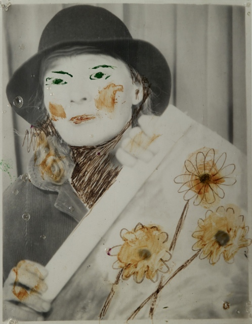 Lee Godie, Ohne Titel (Self-portrait with Painting of Daisies), undatiert, Farbe auf Fotografie, 12 x 9,5 cm,