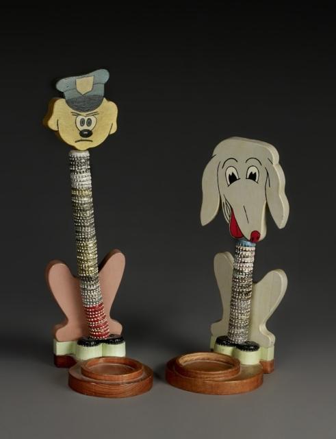 6_Anonym, Ohne Titel (Tall dog and Small dog), 1950er Jahre, Schraubverschlüsse, Farbe und Holz,