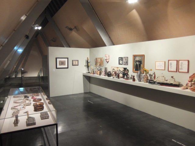 """Raumansicht der Ausstellung """"BAZAAR BIZARRE: Chicagos Wunderkammer"""" (2. OG)"""