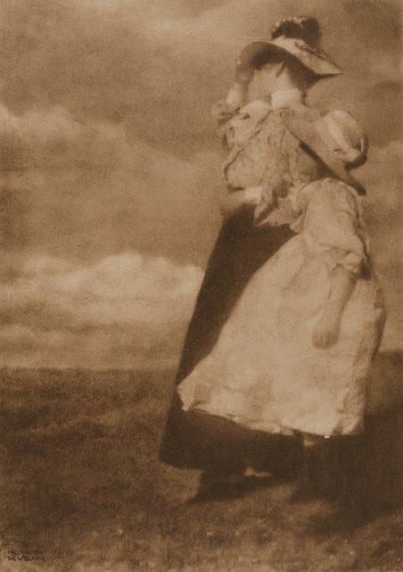 Heinrich Kühn, Windblown, um 1910, Heliogravüre,