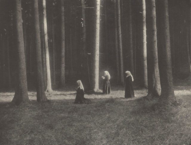 Viktor Knollmüller, Betende Nonnen im Wald, um 1904, Pigmentdruck,