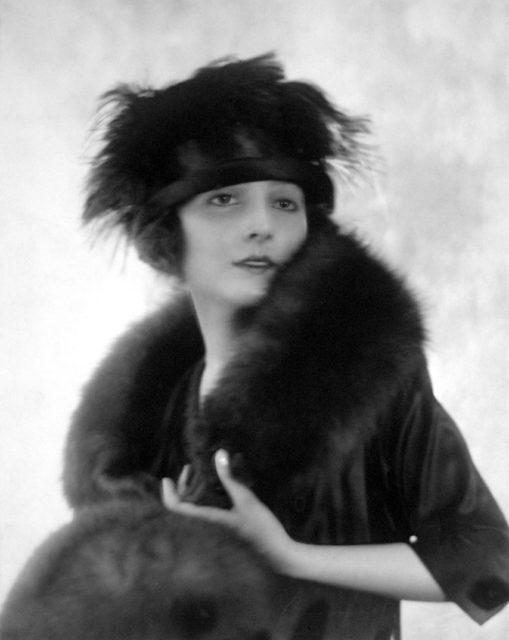 Adolphe de Meyer, Berthe modeling, veröffentlicht in Vogue 1918, Silbergelatineabzug,