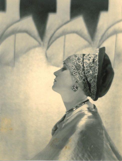 Adolphe de Meyer, La modiste Agnès devant un paravent de Dunand, 1928, Silbergelatineabzug,