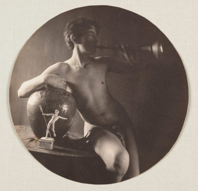 Fred Holland Day, Nude with trumpet, um 1897, Platindruck (Reprint auf Hahnemühle),
