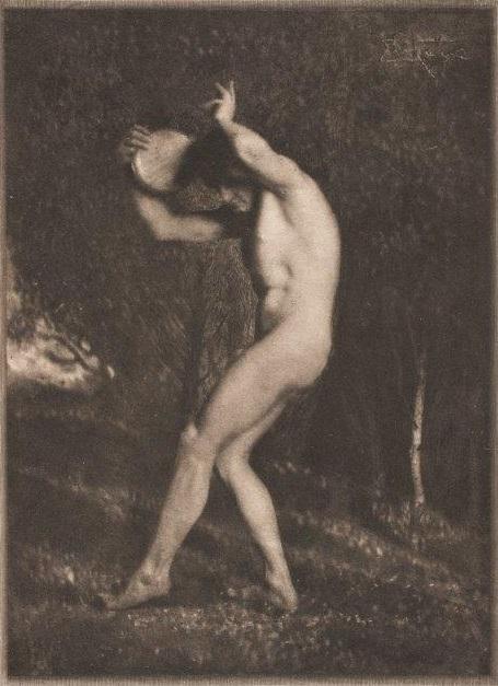 Frank Eugene, Männlicher Akt mit Tamburin vor Waldkulisse, 1914, Heliogravüre,