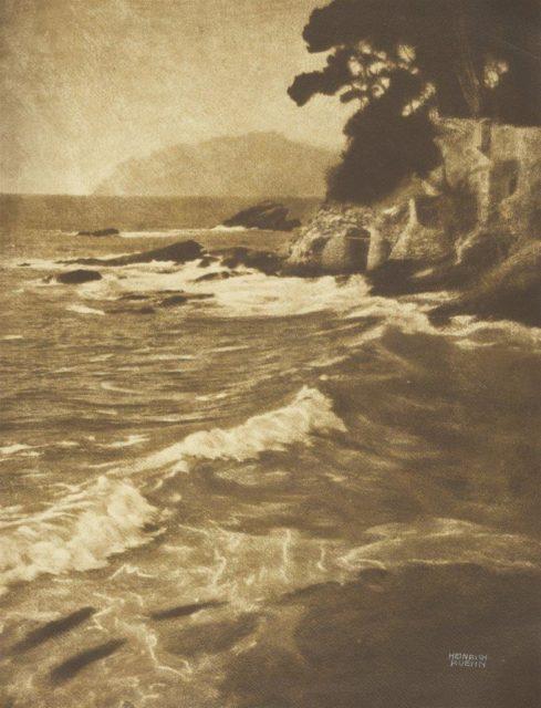 Heinrich Kühn, Ohne Titel (Küstenlandschaft in Italien), um 1898, kombinierter Gummidichromatdruck,