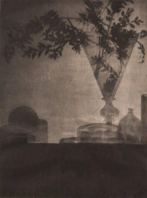 Adolphe de Meyer, Glass and Shadows, 1912, Heliogravüre, publiziert in Camera Work,